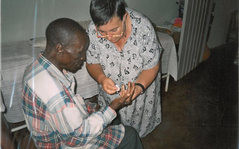 Rosa Abad, durante una sesión de curas en la casa de ancianos de Dete