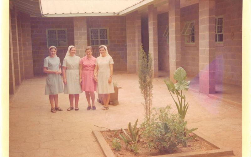 Rosa Abad (tercera por la izquierda), junto a otras compañeras (años 80)