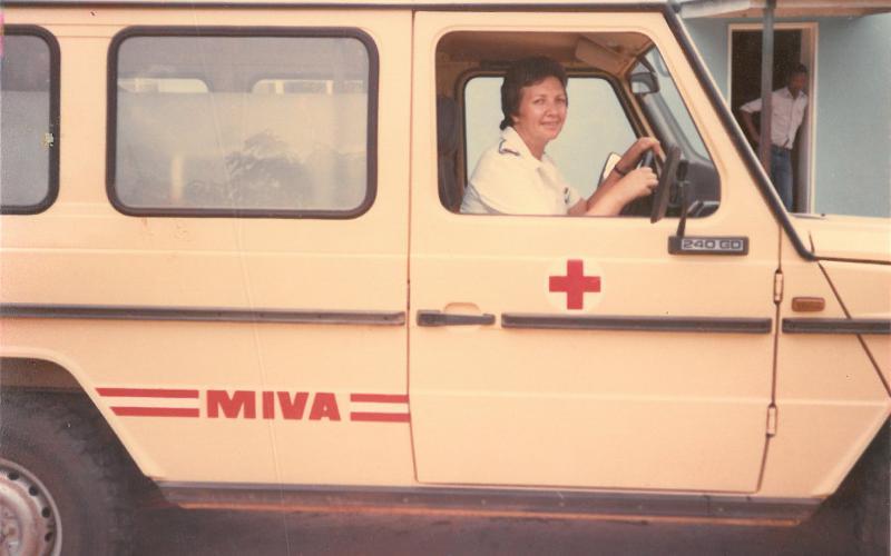Pilar Cacho, conduciendo la ambulancia del Hospital de Nembudziya (Zimbabue, años 80)