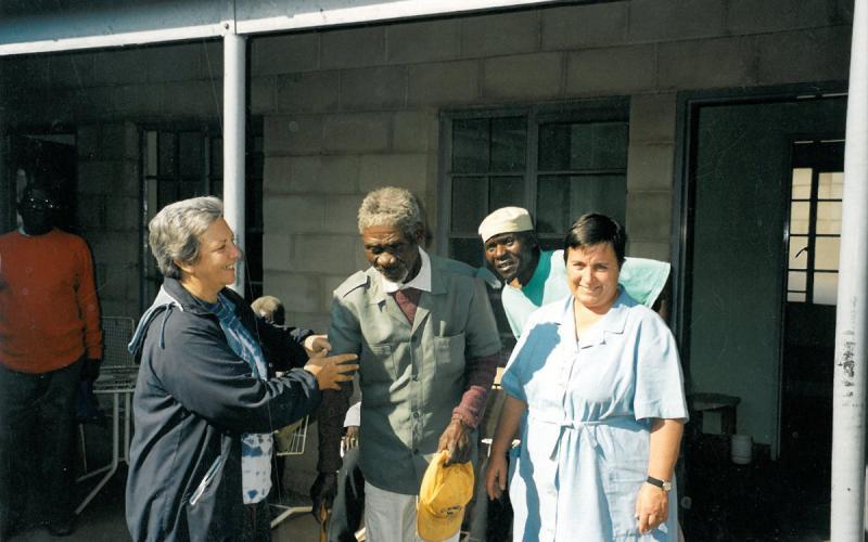 Rosa Abad (derecha), en la casa de ancianos de Dete, junto a Pilar Cacho (izquierda)