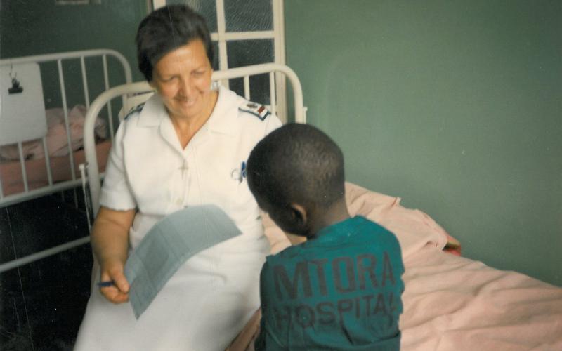 Pilar Cacho, atendiendo a un niño en el hospital (años 80)