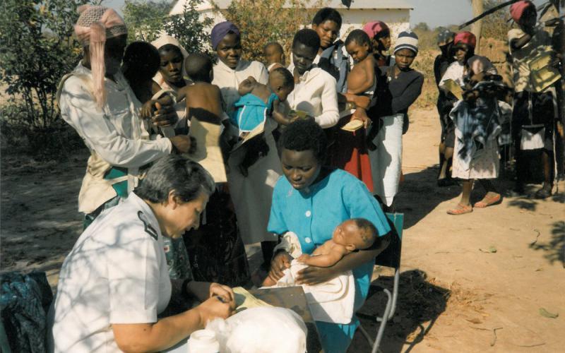 Pilar Cacho atiende a las familias en los alrededores de Nembudziya (años 90)