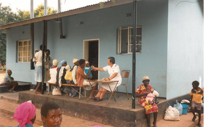 Pilar Cacho atiende a las familias en Nembudziya (años 90)