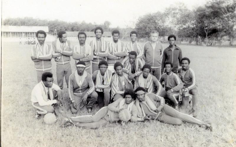 Antonio Medina, junto con el equipo de fútbol que creó en Monrovia en los años 70
