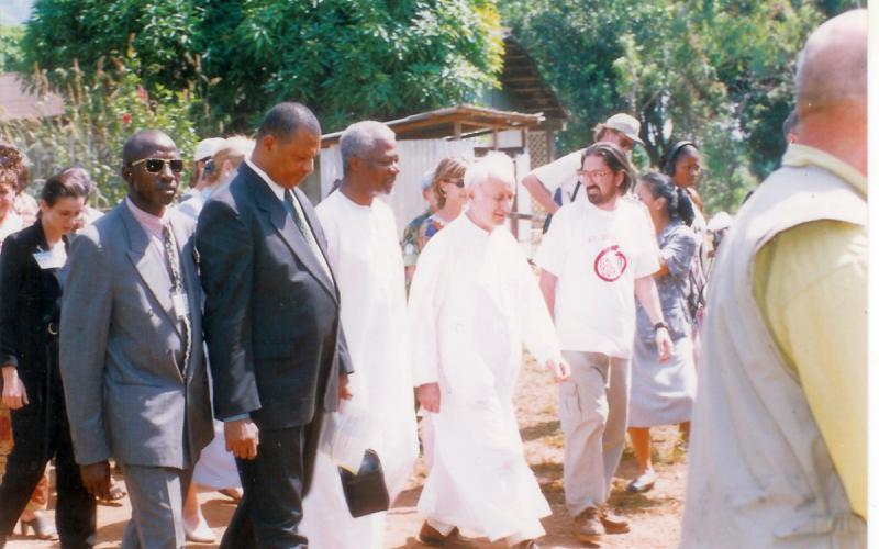 Chema Caballero junto a Kofi Annan durante su visita a Sierra Leona en julio de 1999