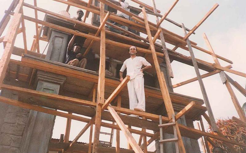 Construcción de iglesia en acampado del Hospital de Nguti (Camerún, 1992)
