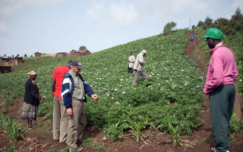 Daniel Villaverde junto con kikuyus en Subukia, al norte de Kenia