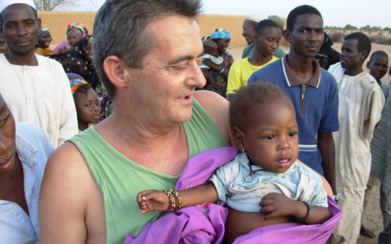 Pep Campaner, de visita a uno de los poblados para localizar los casos de noma o labio leporino