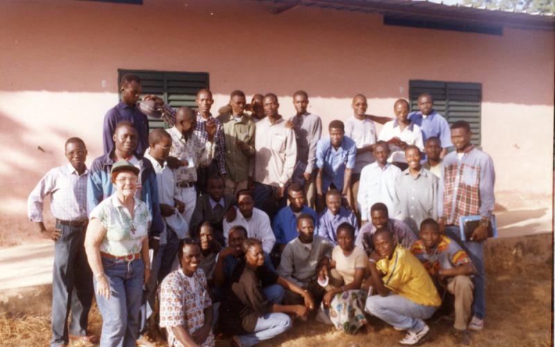 Julia Inmaculada, junto a jóvenes en Bamako (1999)