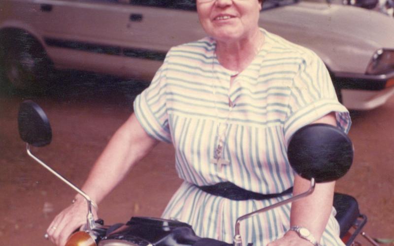 Julia Inmaculada se desplazó en moto durante gran parte de los 25 años que pasó en Mali (1993)