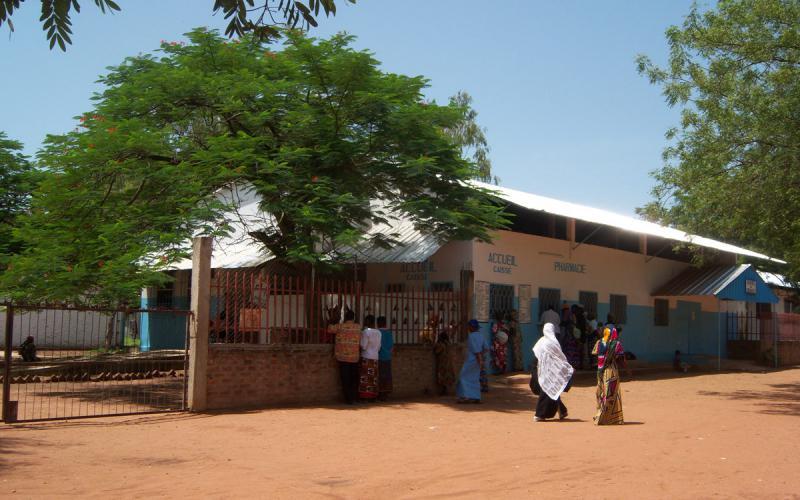 Entrada del Hospital Saint Joseph de Bebedjia, en zona petrolera