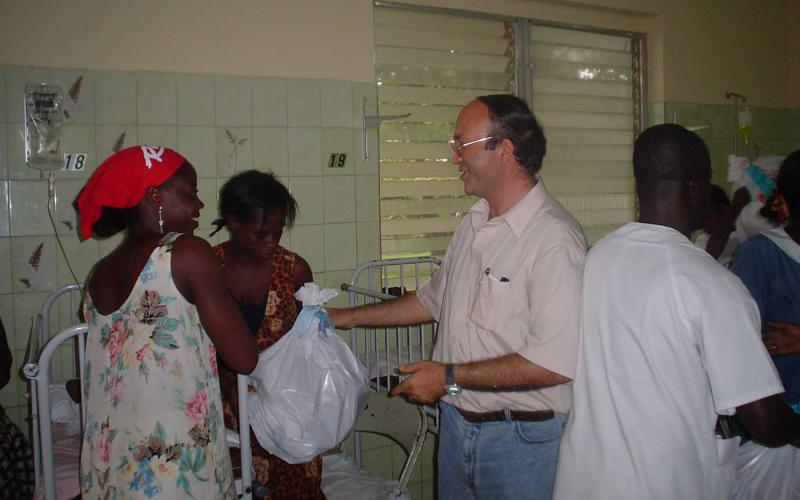 Reparto de regalos en Navidad en el Hospital de Monrovia (Liberia, 2006)