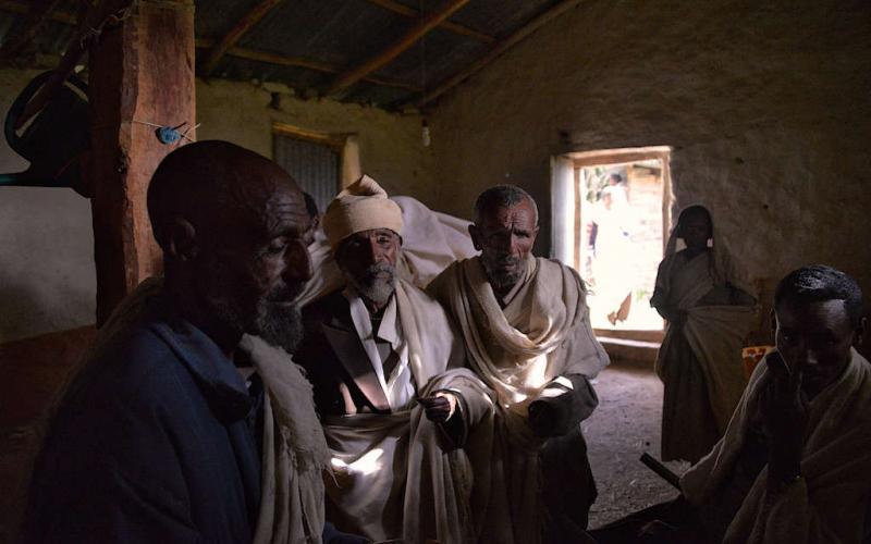 Reunión con un sacerdote en Tigray (Imagen: Rod Waddington/Flickr)